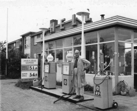 HVB FO 00731   Jan Rose bij zijn benzinepomp aan de Bergerweg