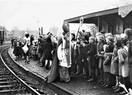 HVB FO 00742    Sinterklaas op station Bergen, 4 december 1948