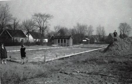 HVB FO 00774  Uitzetten blok woningen aan de Filarskiweg, 1959