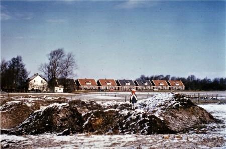 HVB FO 00775  Zicht vanaf spoorbaan bij Van Blaaderenweg op Zakedijkje