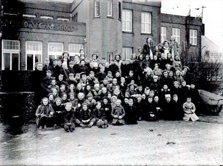 HVB FO 00796  Groep kinderen met leiding bij het Bio Vakantieoord