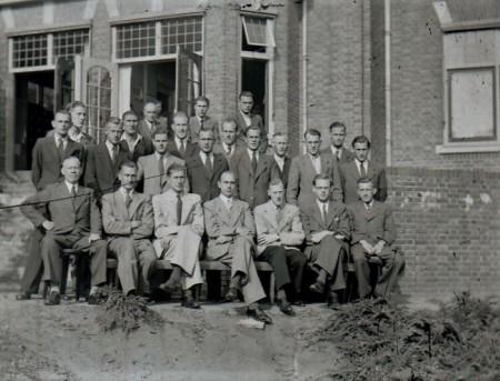 HVB FO 00797  Groep mannen achter het Retraitehuis