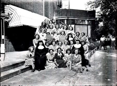 HVB FO 00798  Groep jonge vrouwen en drie zusters Ursulinen achter het Retraitehuis
