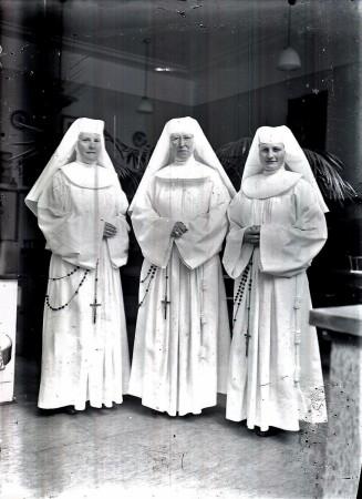 HVB FO 00799  Drie zusters Ursulinen in witte missiekledij