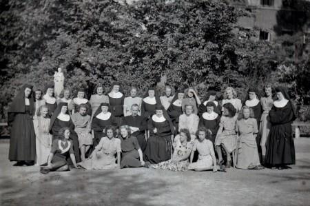 HVB FO 00800  Groep met twaalf zusters Ursulinen en jonge vrouwen