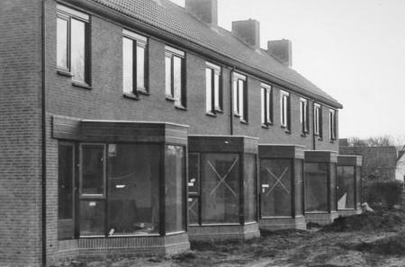 HVB FO 00816  Woningen aan de Dirk Klompweg in aanbouw (tuinzijde)