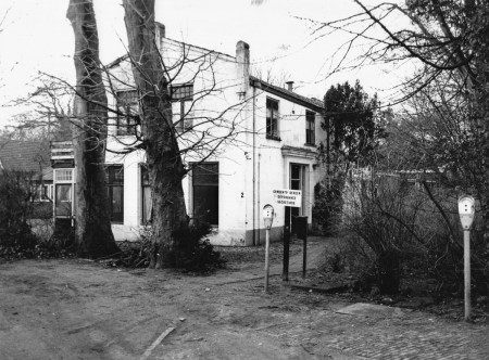 HVB FO 00817  Dorpsstraat 2, voorheen pension Lammers, twee parkeermeters