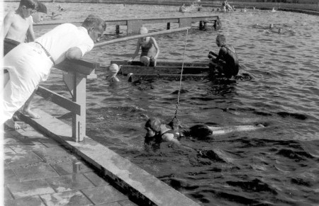 HVB FO 00839  Zwemles aan de hengel